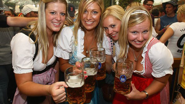 women-drinking-beer-at-oktoberfest